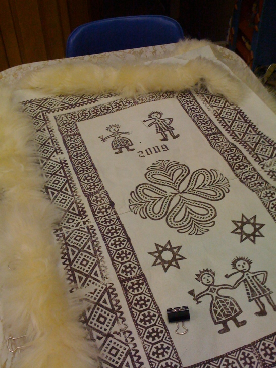 Photo showing the process of adding a fleece edge to the skinnfell
